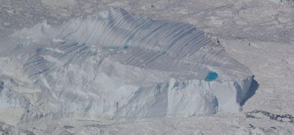 Isbjerg med skurestriber og swimmingpool