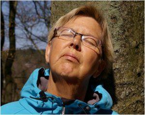 Kirstine slikker forårssol ved Thorsø